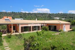 Spacious 4 bedroom villa with large plot and lots...